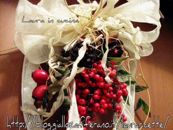 Decorazione natalizia con bacche all 39 insegna del reciclo for Decorazione natalizia per porta