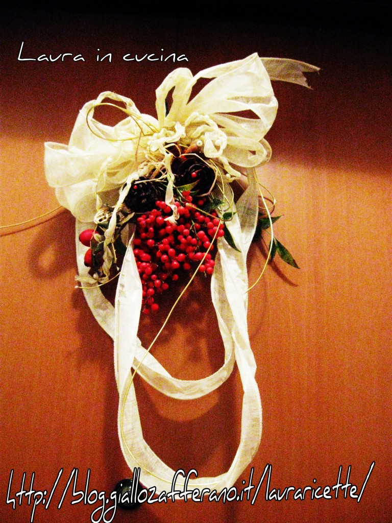 Decorazione natalizia con bacche all insegna del reciclo for Decorazione natalizia per porta
