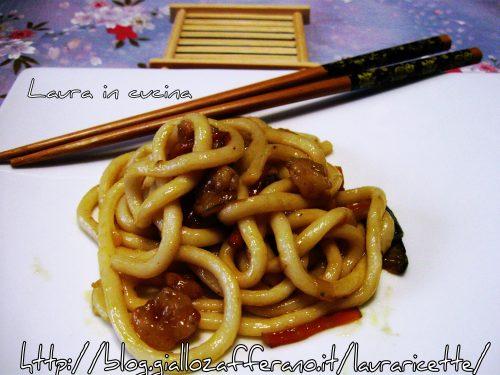 Udon noodlesうどん asciutti con verdure e gamberetti,ricetta giapponese