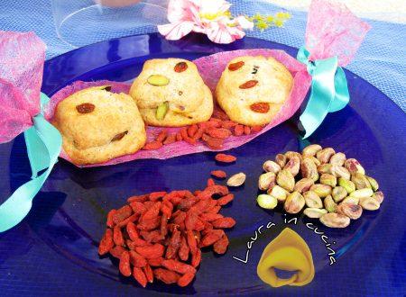 Panini al farro,bacche di goji e pistacchi