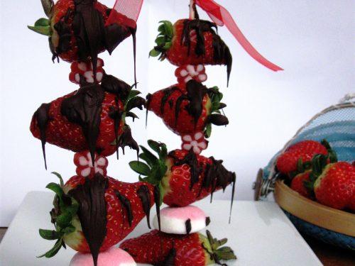 Spiedini di fragole e cioccolato ricetta golosa