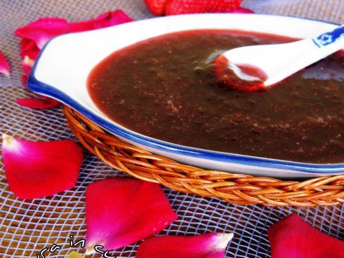 Marmellata con petali di rose e fragole ricetta