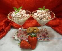Dessert panna e fragole croccante