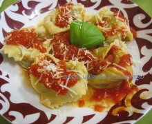 Tortelloni di crema di carciofi e patate al pomodoro