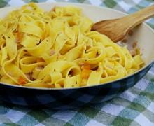 Tagliatelle con peperoni gialli, tonno e olive nere Kalamata