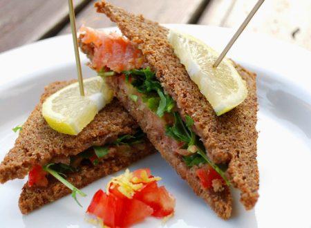 Tramezzini di pane di segale con salmone affumicato e rucola
