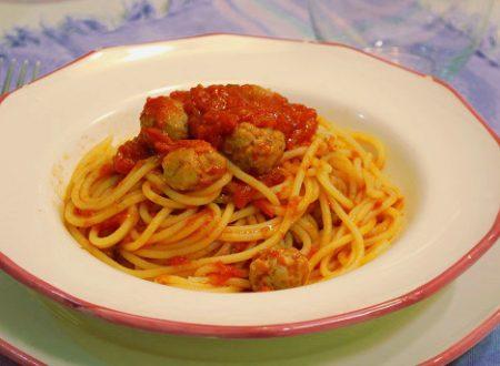 Spaghetti al pomodoro con polpettine di salsiccia