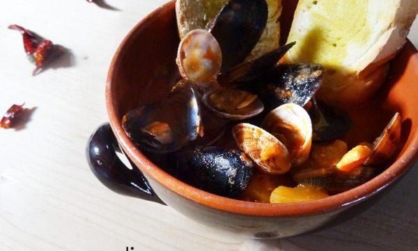 Zuppa di pesce piccante con patate