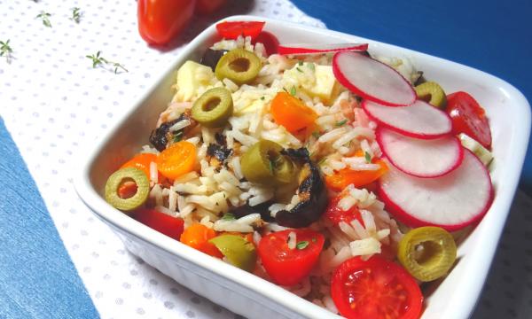 Insalata di riso con verdure fresche e grigliate
