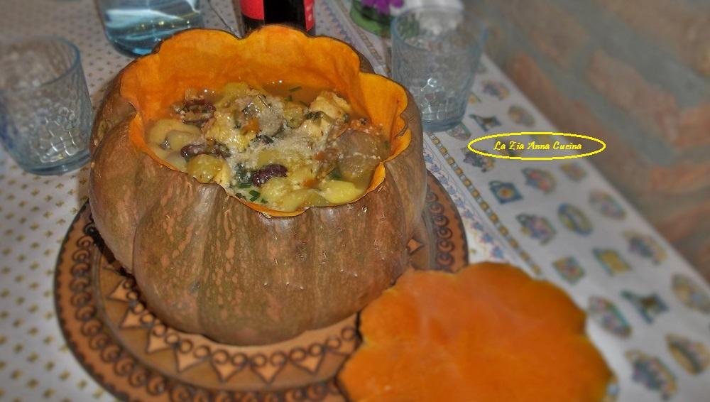 Zuppa di zucca nella zucca