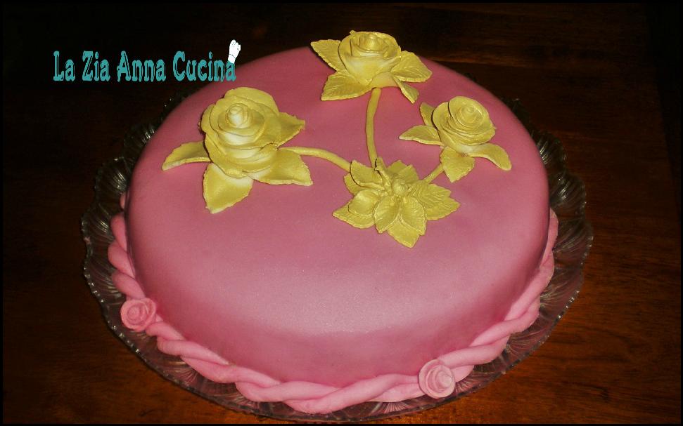 Torta di compleanno ricoperta e decorata con pasta di zucchero