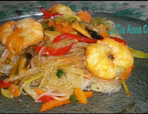 Spaghetti di soia saltati con verdure gamberi e cozze