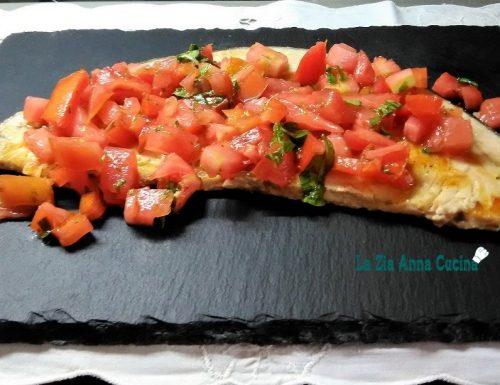 Pesce spada grigliato con pomodorini freschi