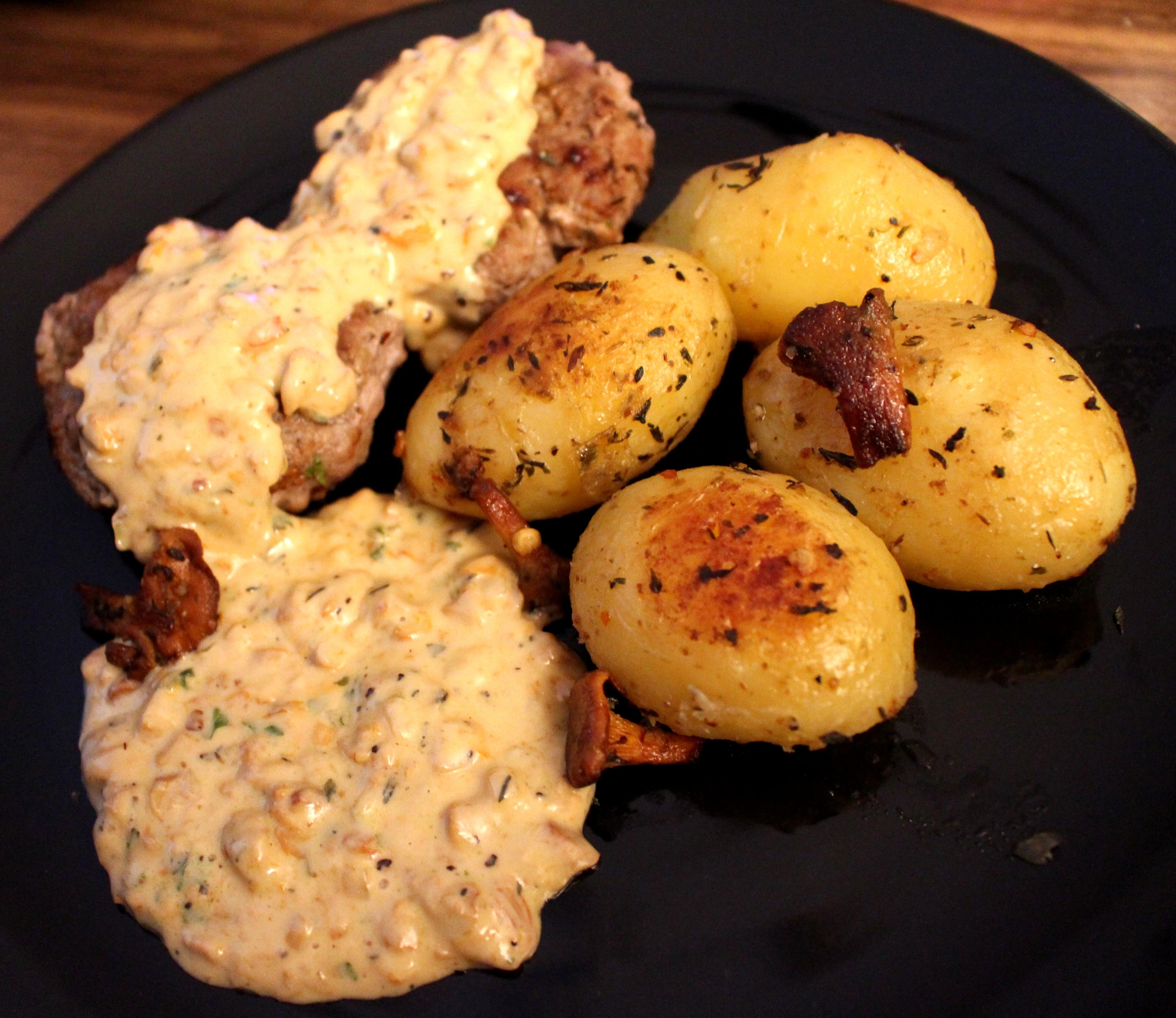 Bistecche di Manzo con Patate al Timo e Salsina di Finferli