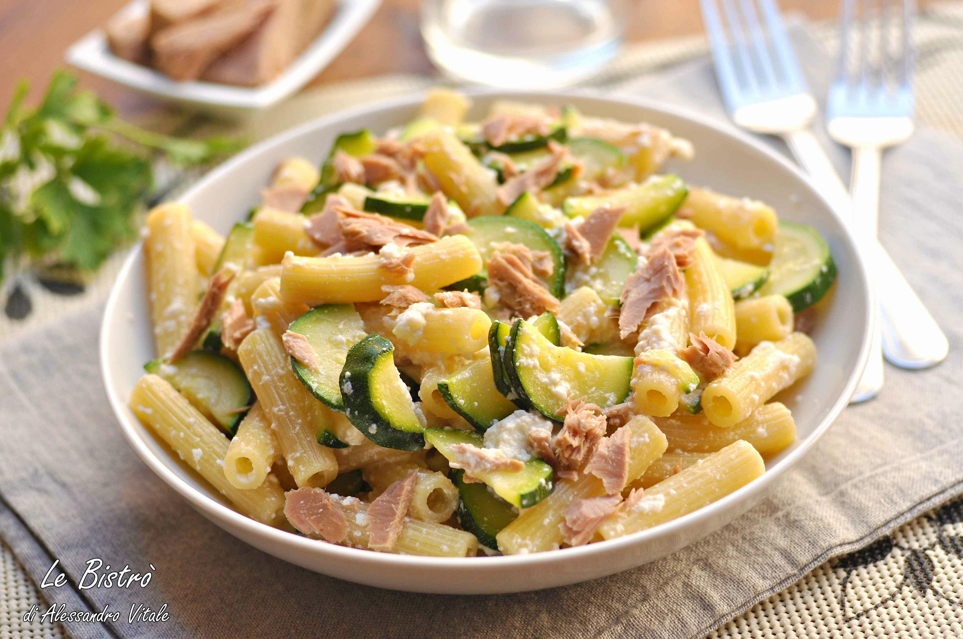 Pasta con zucchine ricotta e tonno