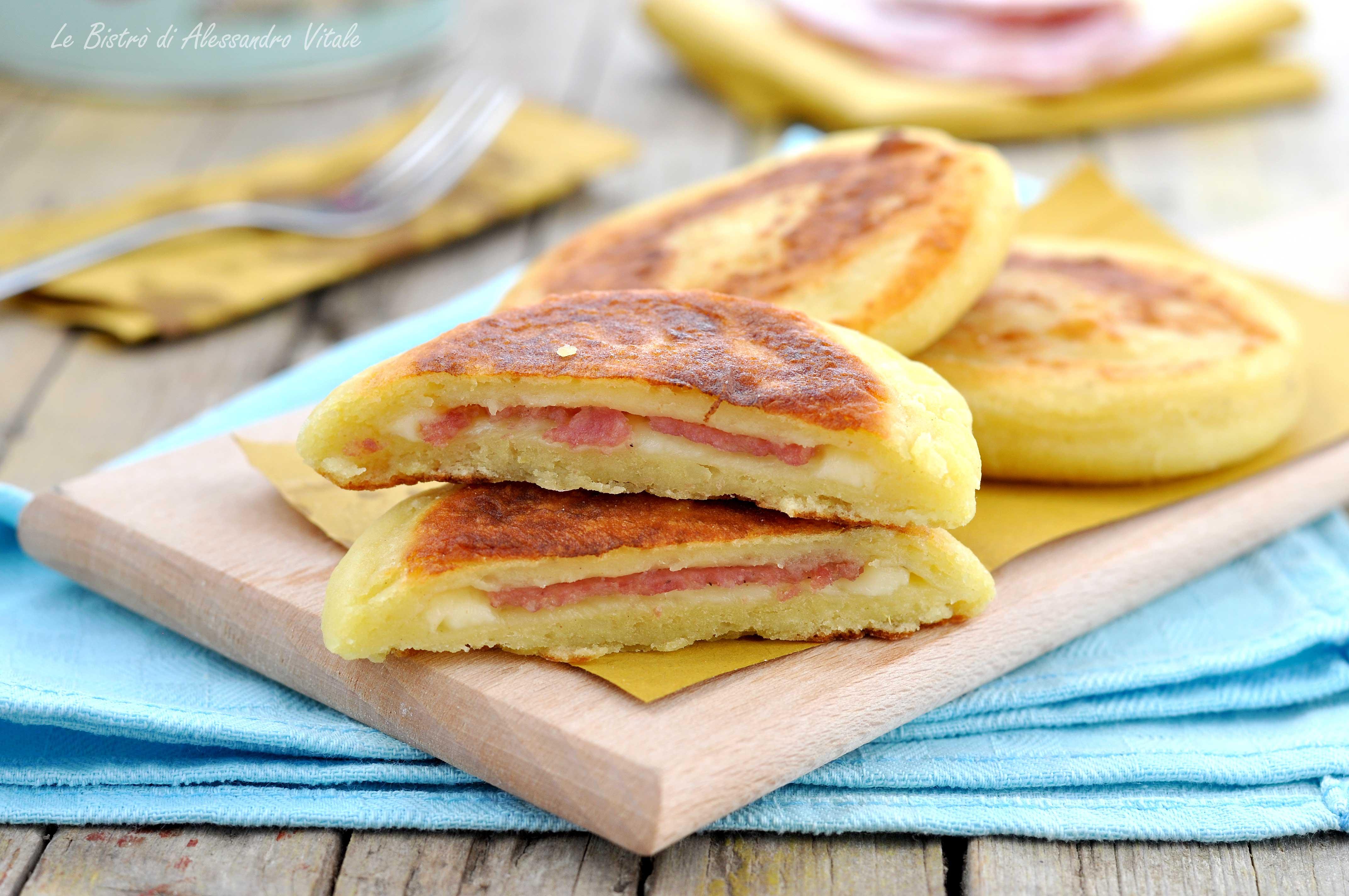 Focaccine di patate con salame e formaggio in padella