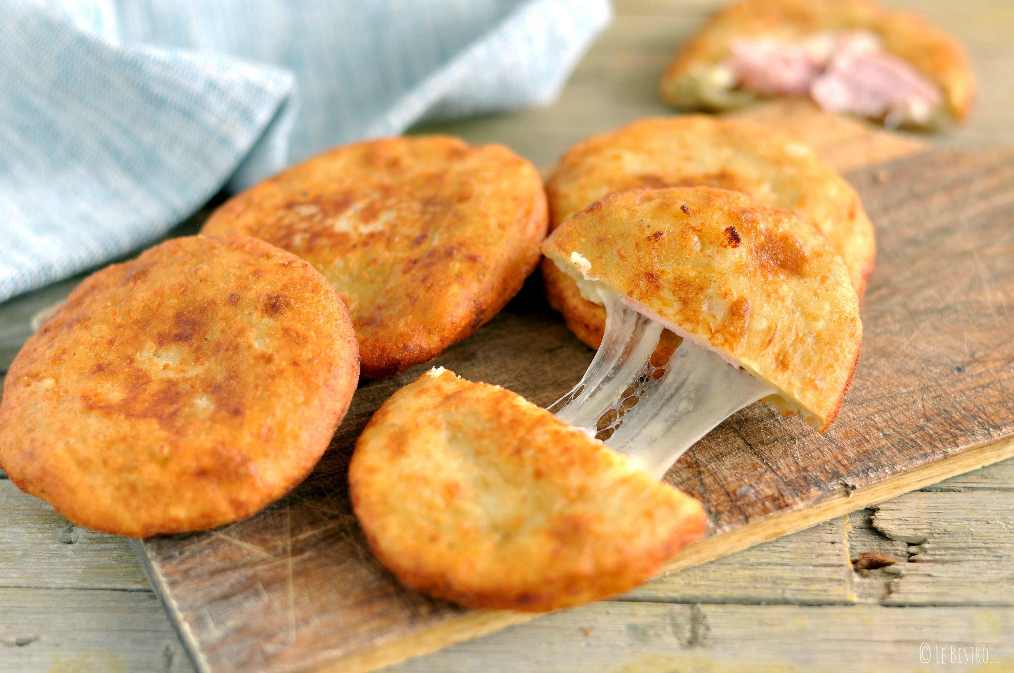 Pizzette di patate con prosciutto e formaggio