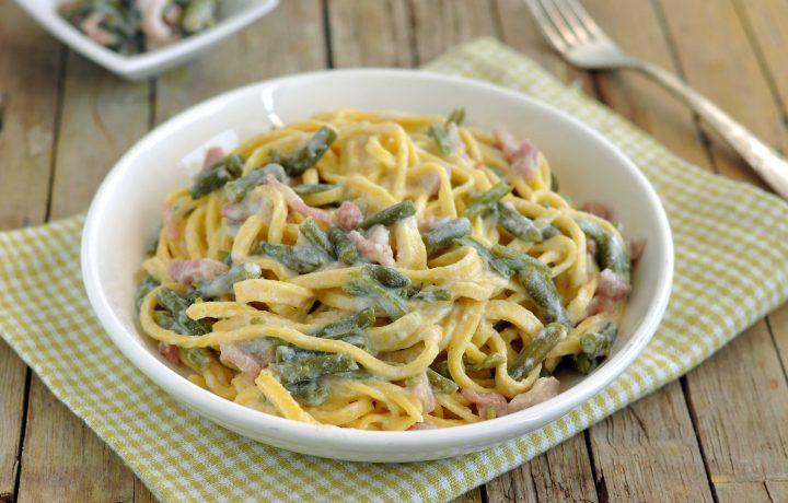 Tagliatelle cremose con fagiolini e pancetta