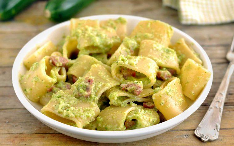 Pasta con crema di zucchine e speck
