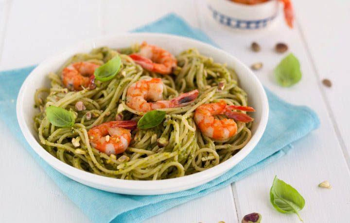 Spaghetti con pesto di basilico, pistacchio e gamberetti grigliati