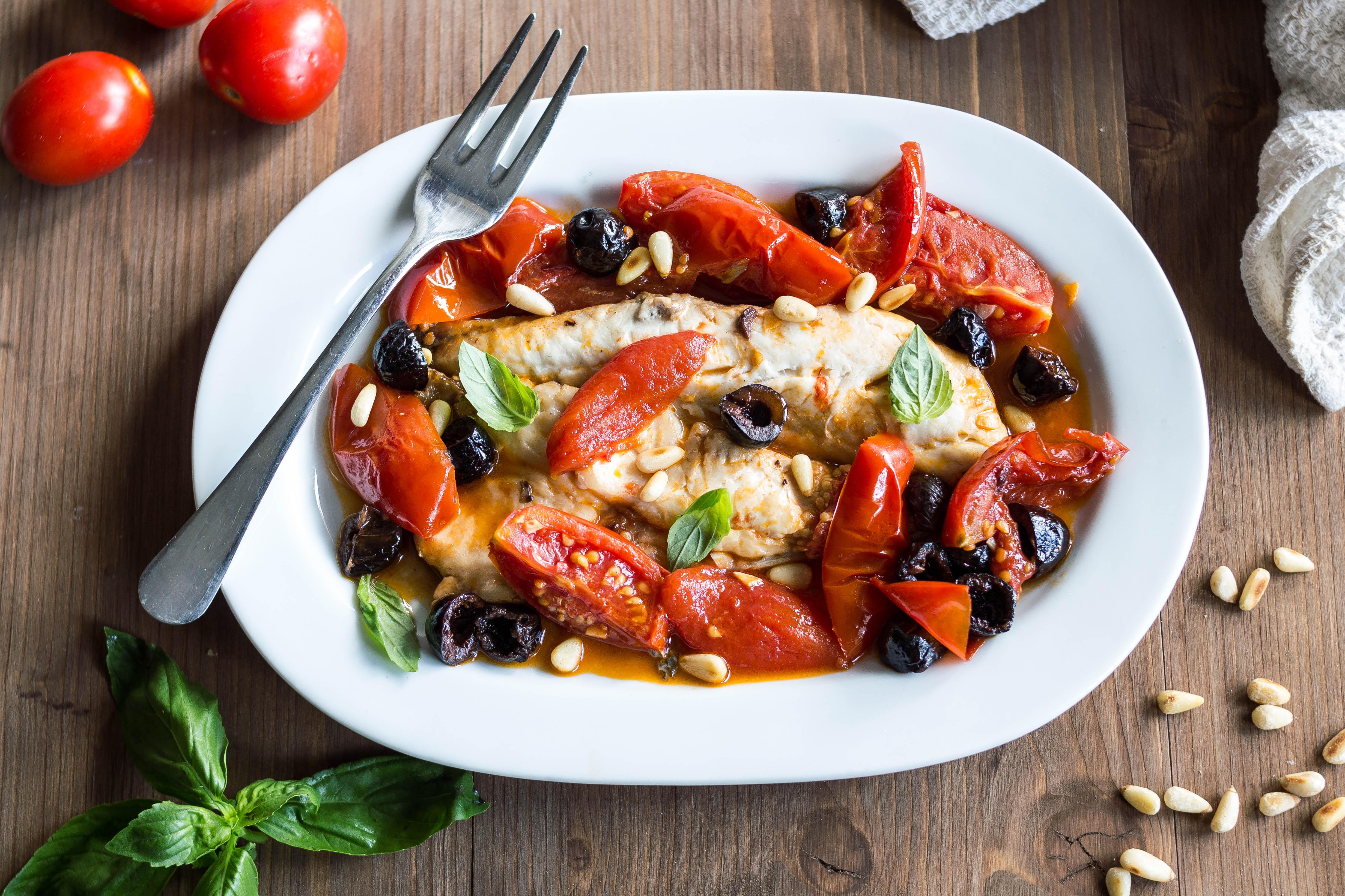 Filetti di Spigola con Pomodori e Olive