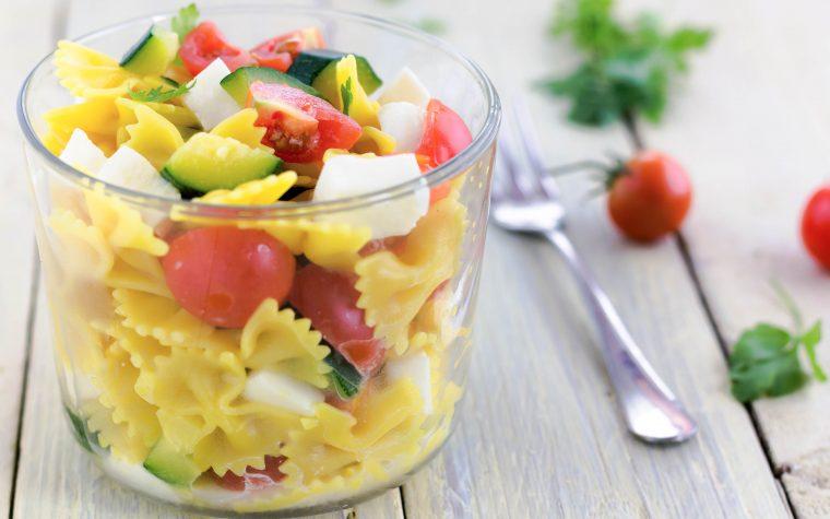 Pasta fredda con zucchine pomodorini e mozzarella