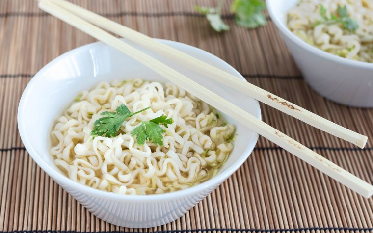 Zuppa di noodles e zucchine