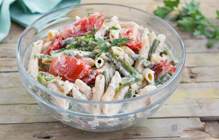 Insalata di pasta integrale con verdure e tonno