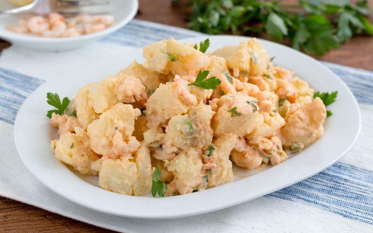 Insalata di patate con gamberi e salsa rosa