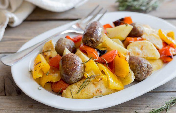 Salsicce arrosto con patate e peperoni