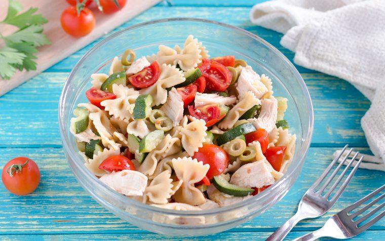 Insalata di pasta con pollo zucchine e pomodorini