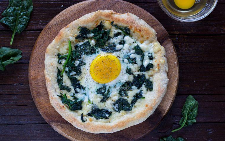 Pizza di Kamut con spianci e uova all'occhio di bue