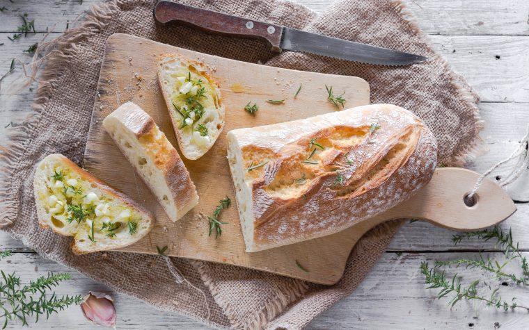 Crostini di pane con aglio e santoreggia