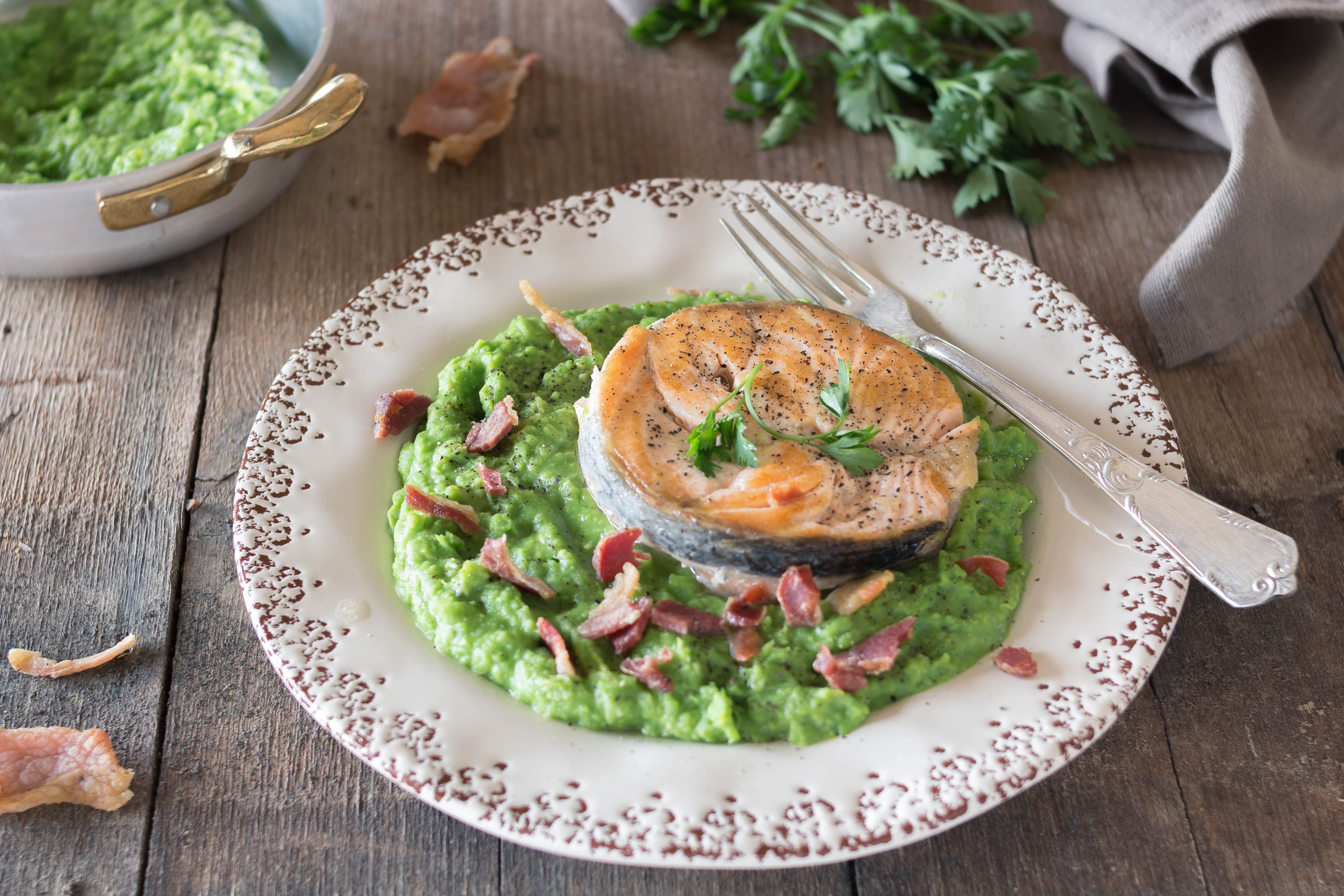 Medaglione di Salmone con Crema di Piselli e Pancetta