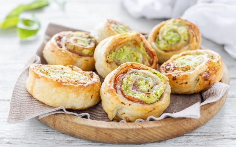 Girelle di sfoglia con zucchine speck e formaggio