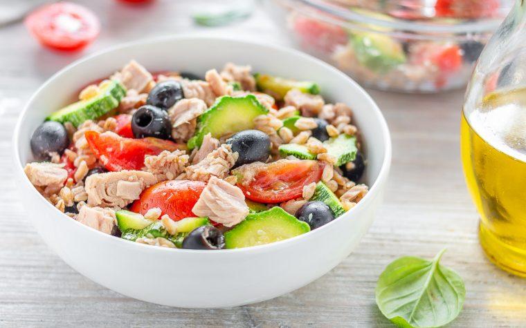 Insalata di farro al tonno olive pomodorini e zucchine