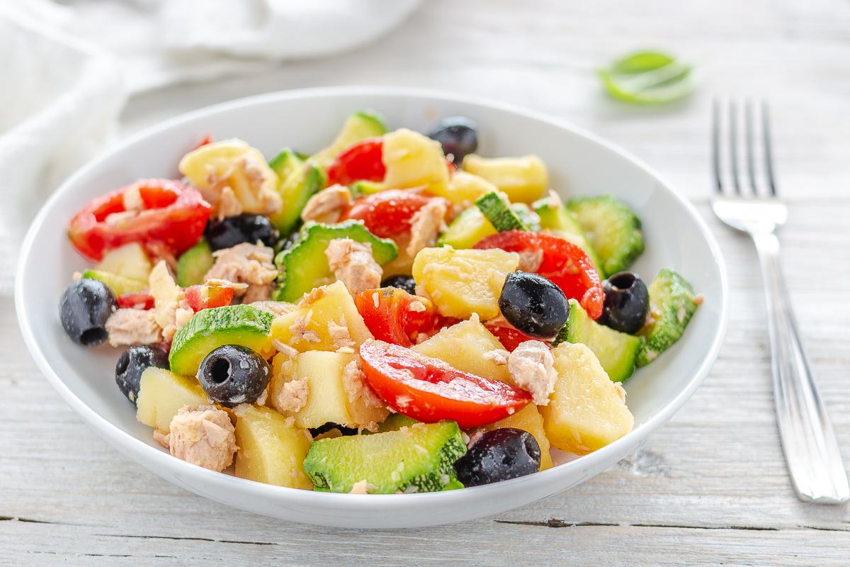Insalata di Patate con Zucchine Tonno Pomodorini e Olive