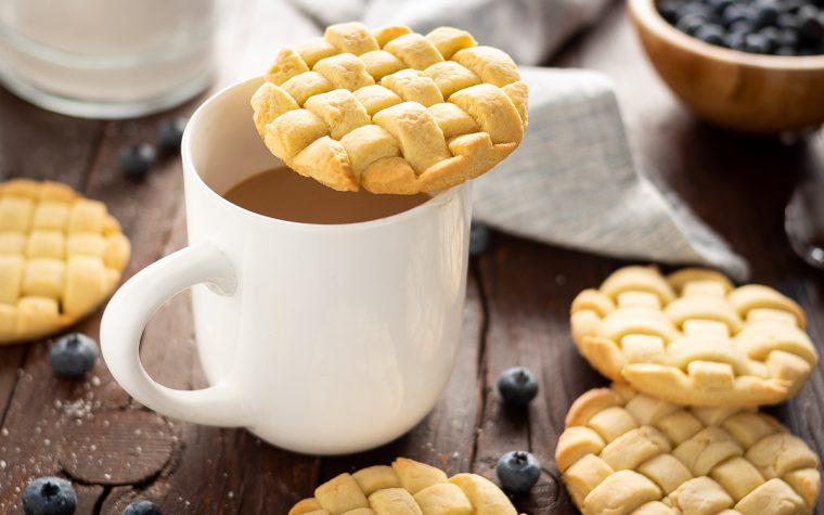 Copri tazza di biscotti intrecciati