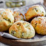 Panini salati alle olive e formaggio