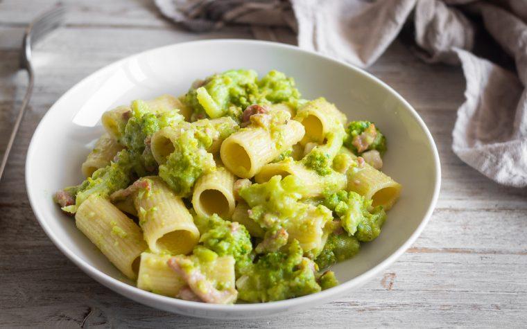 Pasta con pesto di broccoli e salsiccia