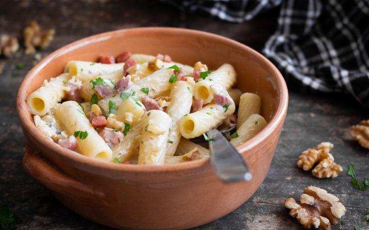 Pasta con crema di gorgonzola noci e speck