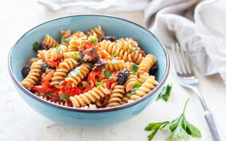 Pasta con acciughe pomodorini e olive