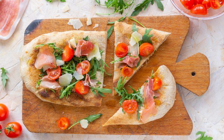 Focaccia farcita con speck rucola pomodorini e grana