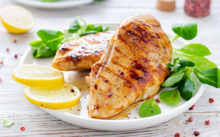 Pollo grigliato al limone e pepe rosa