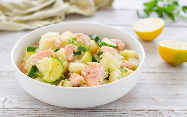 Insalata di patate con salmone e zucchine