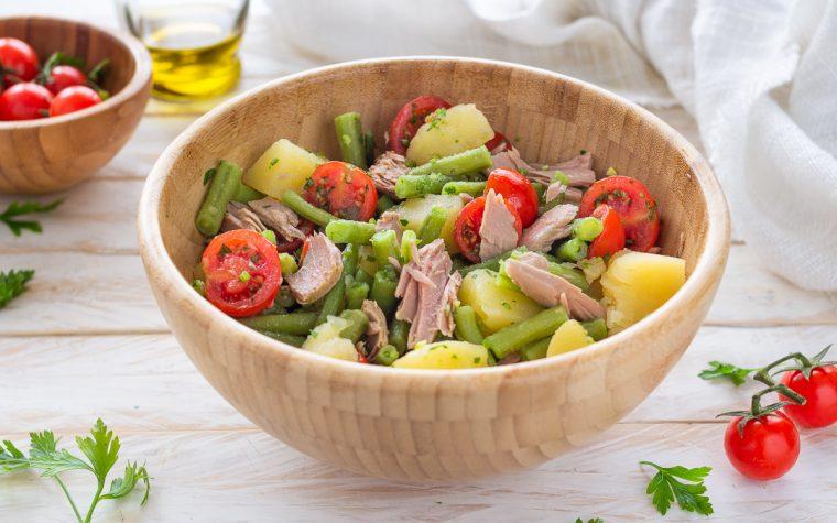 Insalata di patate e fagiolini con tonno e pomodorini