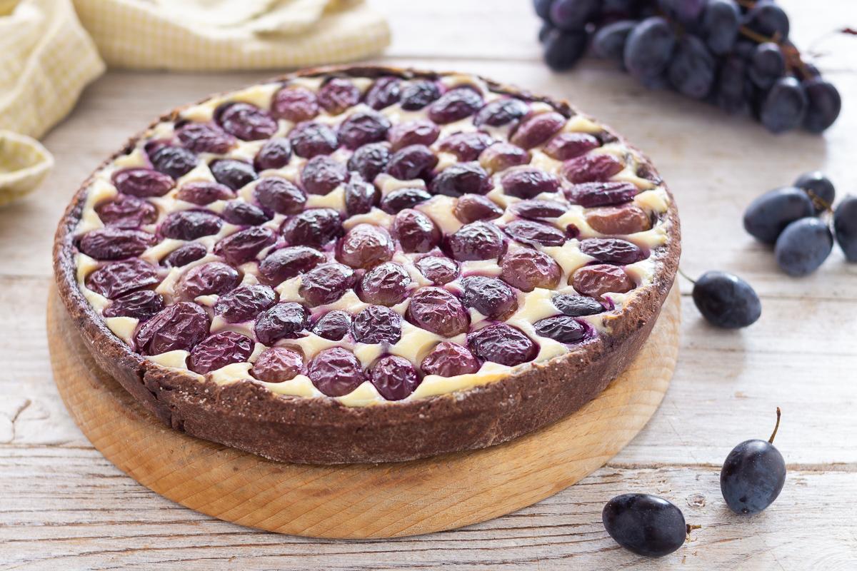 Crostata al cioccolato con uva e ricotta