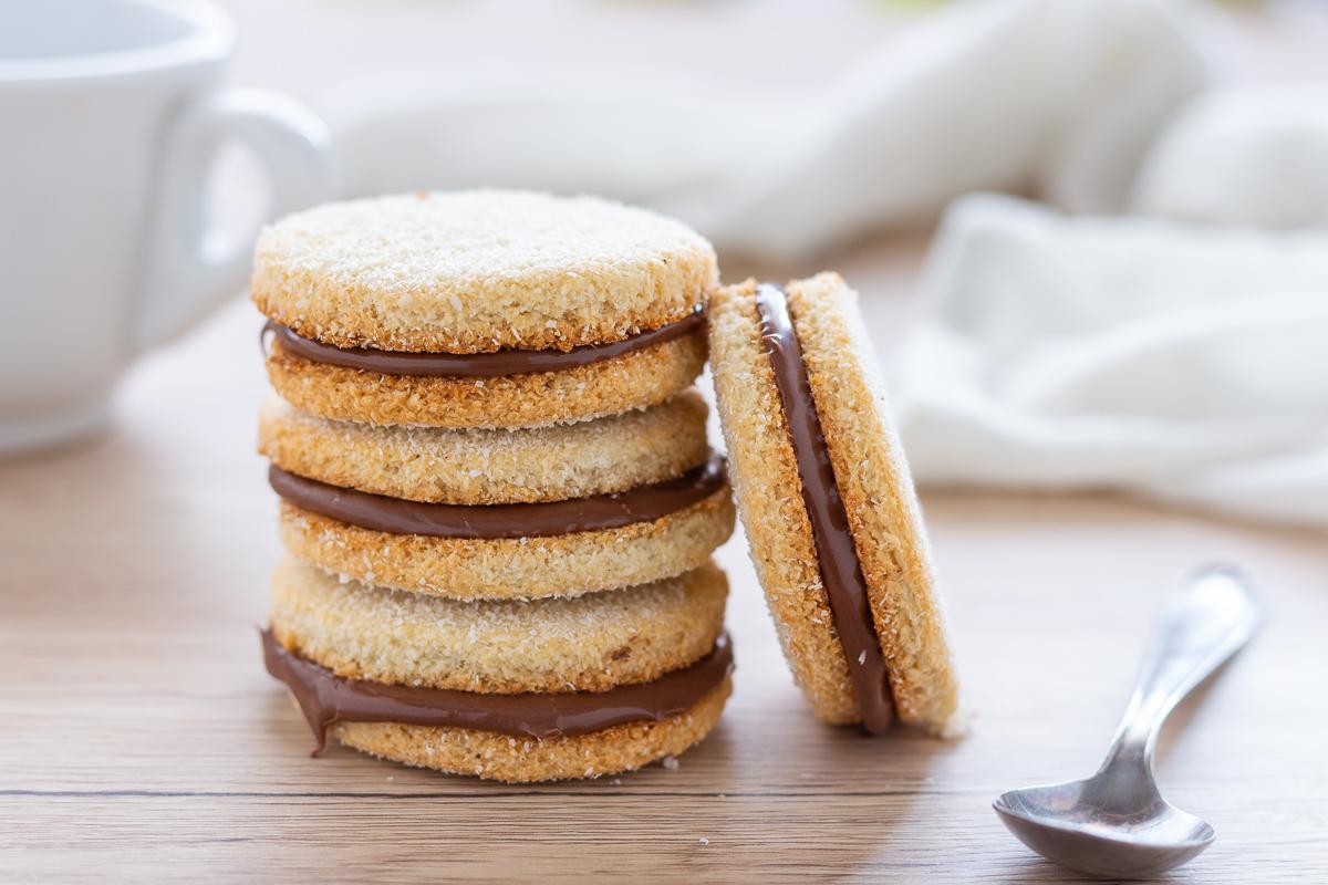 Biscotti al cocco farciti di nutella
