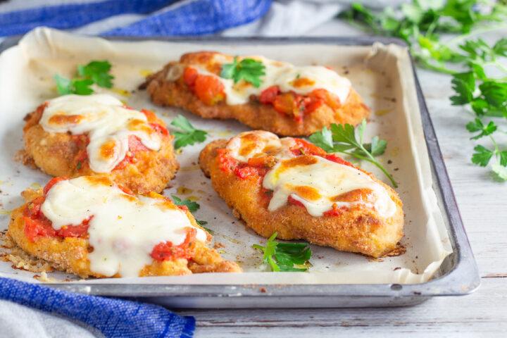 Cotolette di pollo con mozzarella e pomodoro