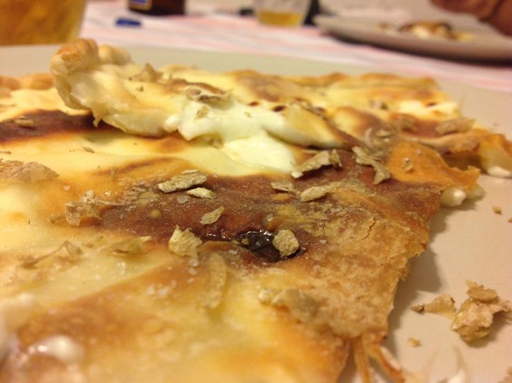 focaccia-ai-formaggi-e-tartufo-bianco-foto-principale